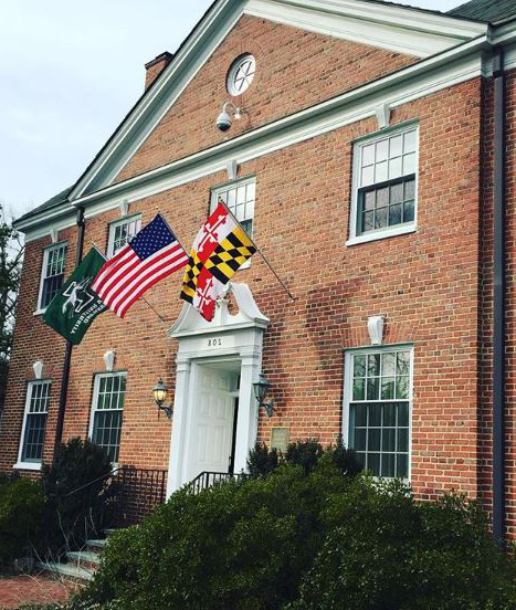 校友 house with Maryland and Loyola flags