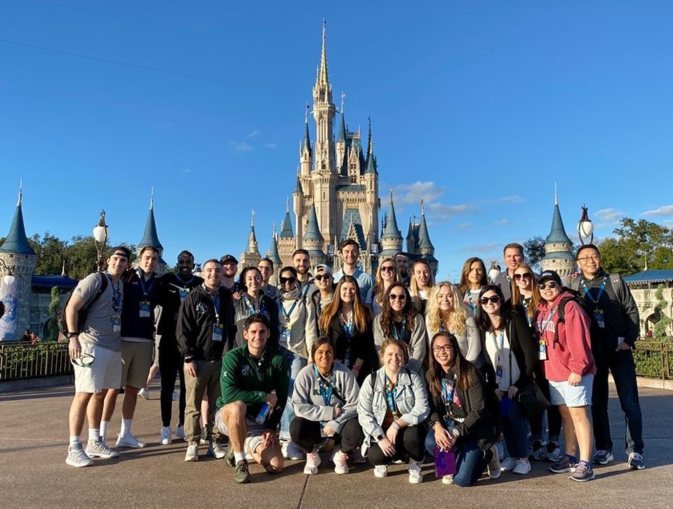 Students at Cinderella's castle at Disney W要么ld